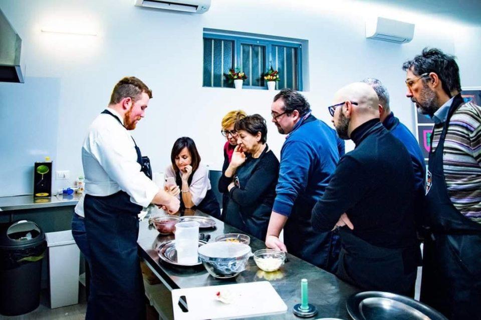 Momenti di lezione al corso di cucina presso Shanti House
